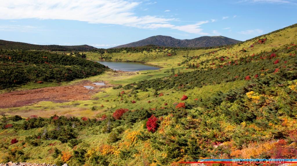 一切経山に登る登山道途中から見る酢ガ平と鎌沼